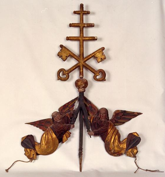 Sculpture : Anges supportant une croix