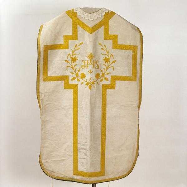Ensemble de vêtements liturgiques : chasuble, étole, manipule, bourse de corporal (ornement blanc)