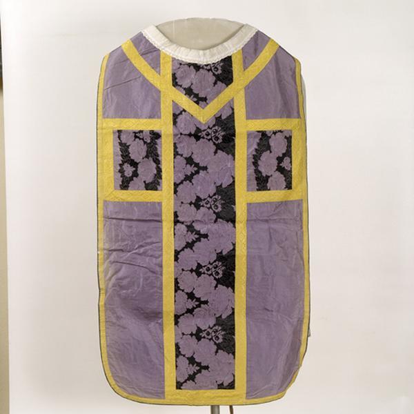 Ensemble de vêtements liturgiques : chasuble, étole, manipule, voile de calice (ornement violet)