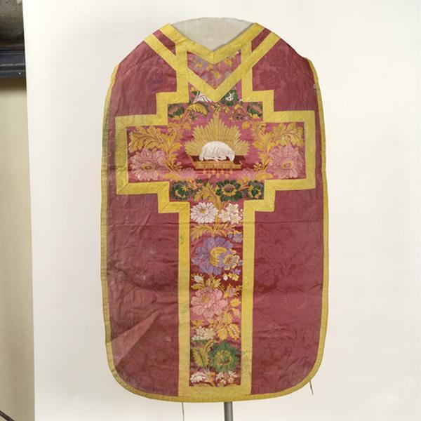 Ensemble de vêtements liturgiques : chasuble, étole, manipule, bourse de corporal, voile de calice (ornement rouge)