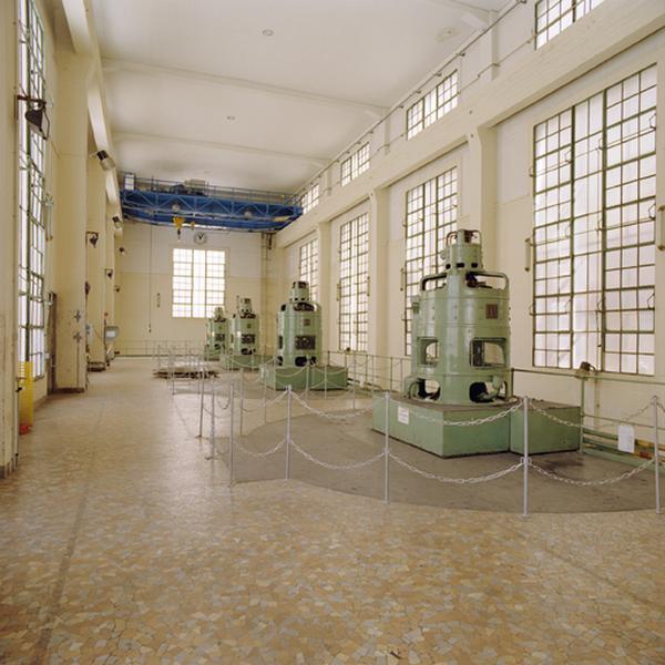 Ensemble de quatre turbines de type Francis et leur alternateurs triphasés