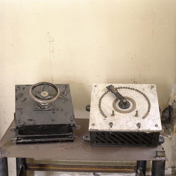 ensemble de deux machines à mesurer des paramètre électriques (rhéostat)