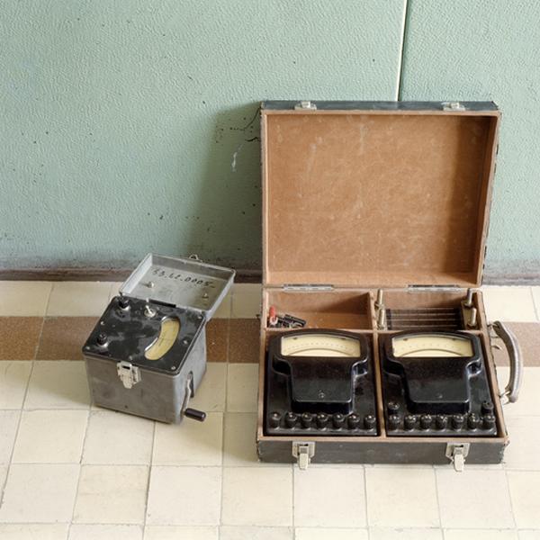 ensemble de trois machines à mesurer des paramètre électriques (mégohmmètre, voltmètre, ampèremètre)