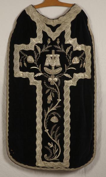 ensemble de vêtements liturgiques : chasuble, manipule (ornement noir)