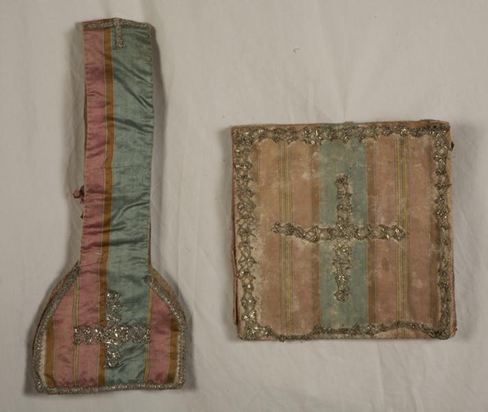 ensemble de vêtements liturgiques : manipule, bourse de corporal (ornement vert)
