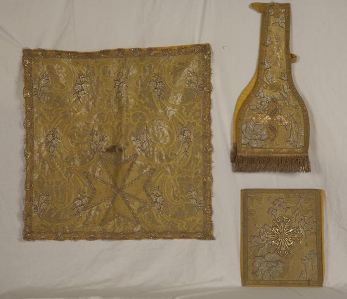 Ensemble de vêtements liturgiques : 2 chasubles, 2 dalmatiques, 2 étoles, 4 manipules, voile de calice, bourse de corporal (ornement doré)