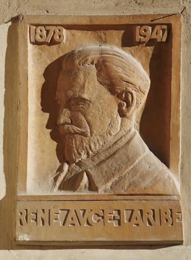 bas-relief : portrait de René Augé-Laribé