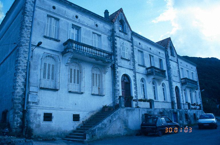 ancienne école, actuellement immeuble à logements