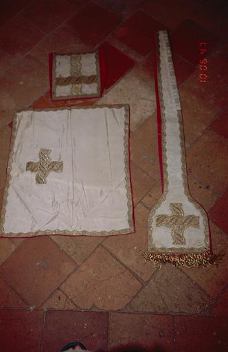 Chasuble, étole, manipule, bourse de corporal, voile de calice (ornement blanc)