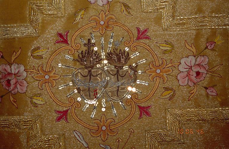 Chasuble, étole, manipule, voile de calice (ornement doré)