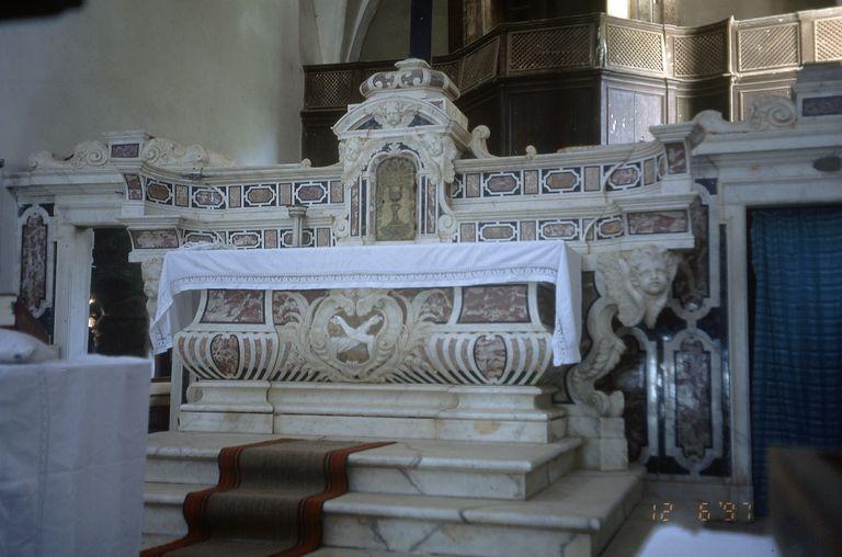 autel, gradins d'autel, tabernacle, croix d'autel (maître-autel)