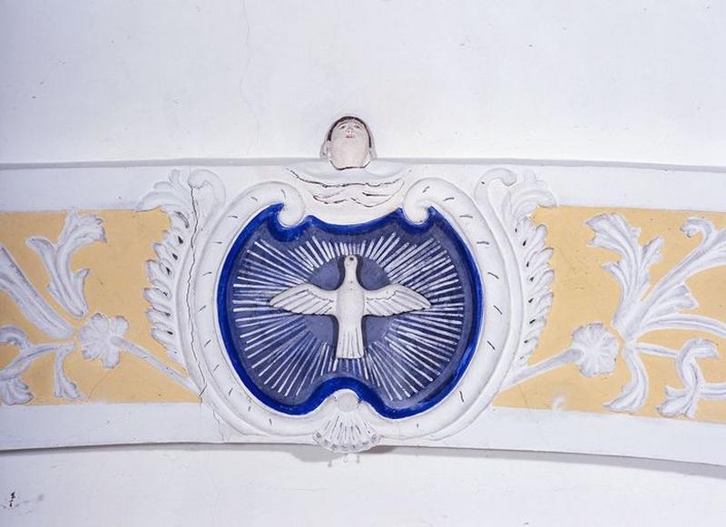 Reliefs : Colombe du Saint-Esprit, ornementation