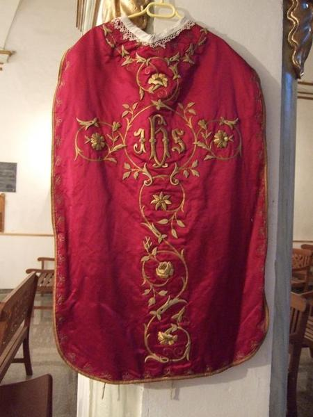 Voile de calice, chasuble, étole, manipule (ornement rouge)