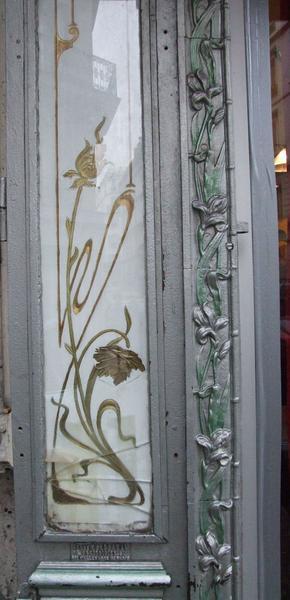 Devanture rue Mahler : détail du fixé sous verre