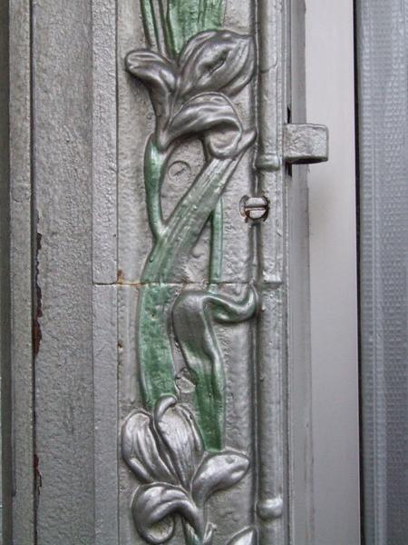 Devanture rue Mahler : détail d'un des montants de la grille
