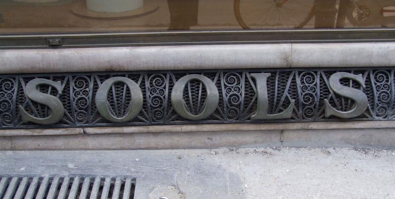 Inscription Sools sur la partie inférieure de la devanture