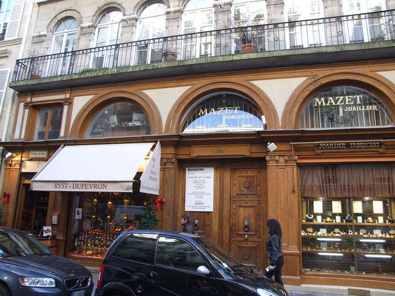 Devanture ; façades du joaillerie et du magasins de spiritueux