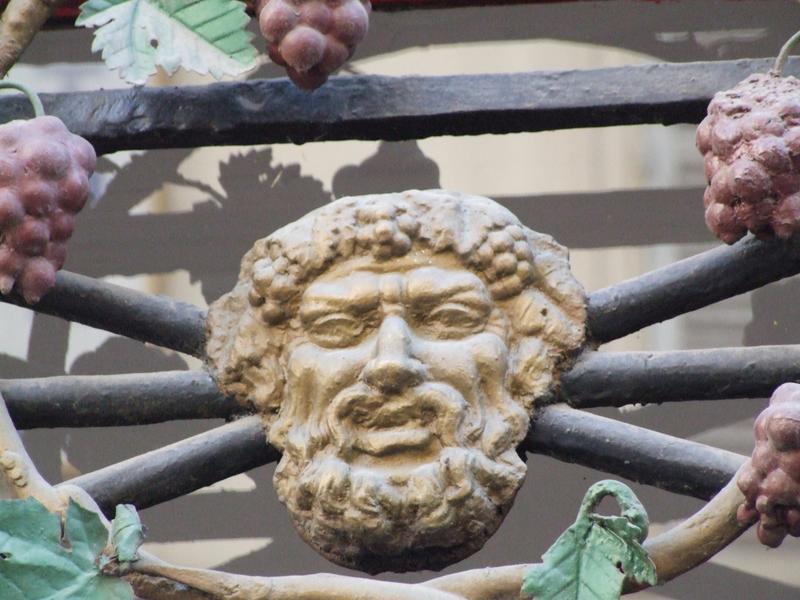 Devanture ; élévation ;  détail tête de Bacchus : grille sur la rue des Messageries