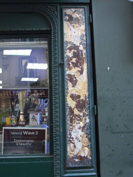 Devanture : fixés sous verre sur la façade