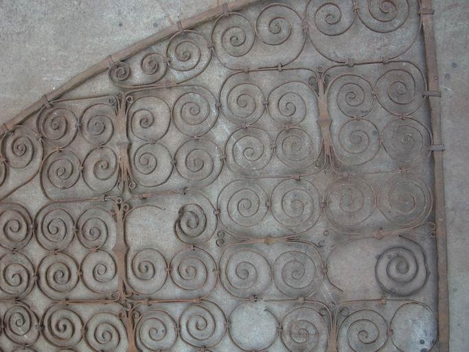 Clôture : fragments de l'ancienne grille de la salle du trésor