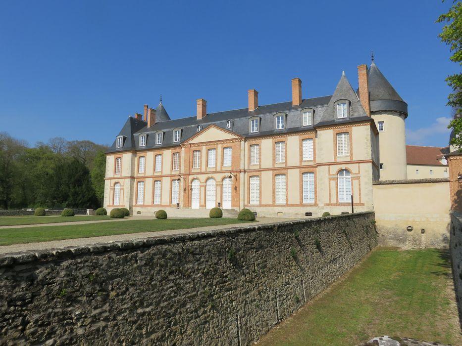 Château: Façade sud-est, vue générale