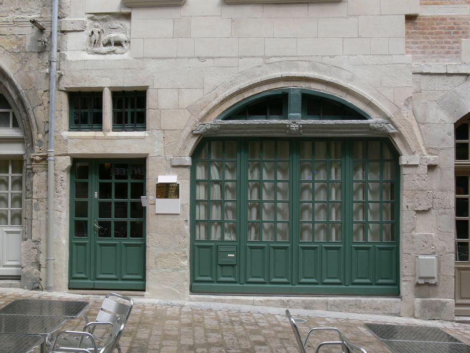 Immeuble: Façade sur rue, rez-de-chaussée, vue générale
