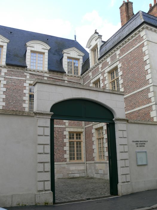 Hôtel Pommeret, actuellement Chambre régionale des Comptes: Porche sur rue, vue générale