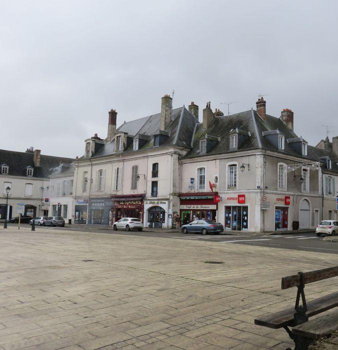 Immeubles: Ensemble des façades est sur la place, vue générale