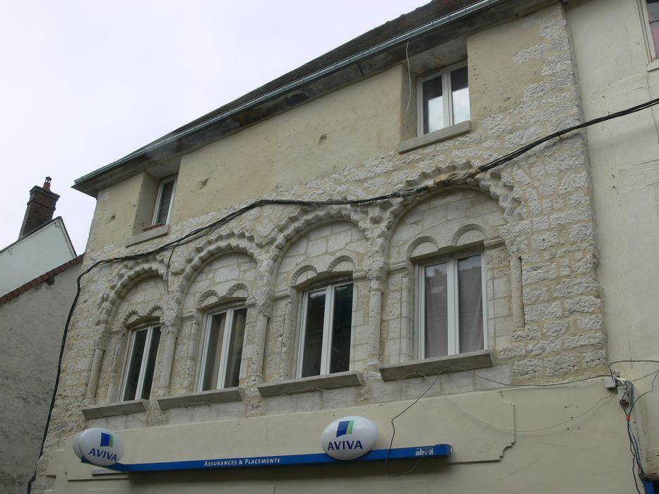 Maison romane: Façade sur rue, vue partielle