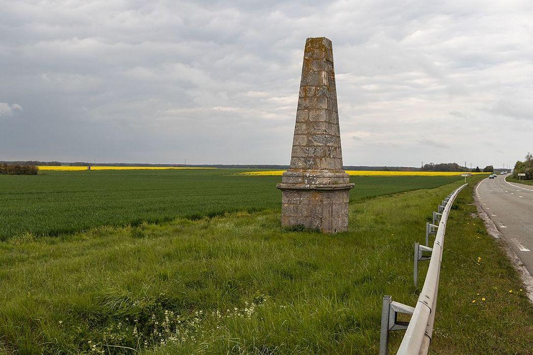 Obélisque: Vue générale du monument dans son environnement
