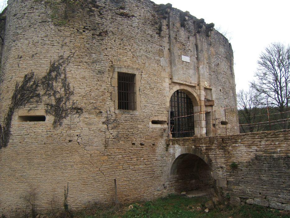 Château de Rochefort (vestiges): Vue partielle des ruines depuis l'est