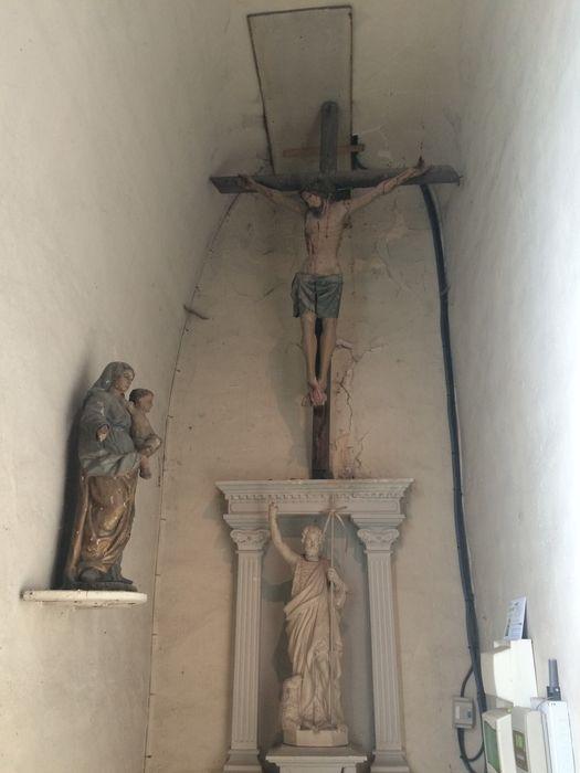 statue : Christ en croix; Vierge à l'Enfant
