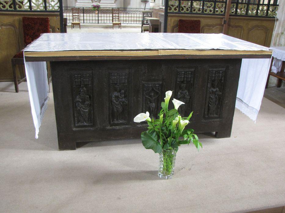 Coffre servant d'autel : Christ en croix, la Vierge, Saint Jean-Baptiste, Saint Pierre, Sainte Barbe
