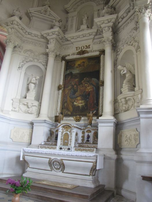Autel, tabernacle, 4 statuettes : Anges, Sainte, Sainte Catherine, retable, 2 bas-reliefs : Le Martyre de saint Symphorien, Le Martyre de saint Blaise, tableau : La Nativité (maître-autel)