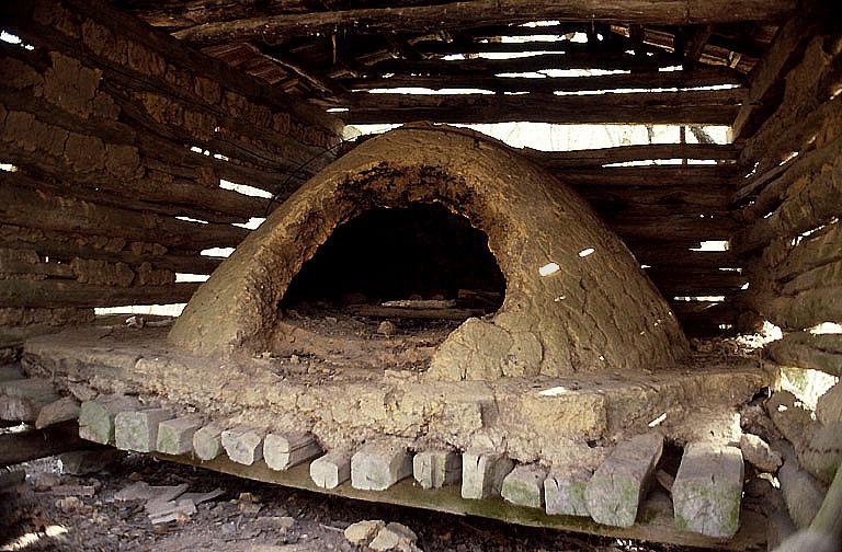 four à pain de l'ancien habitat en forêt des baraques du cinq