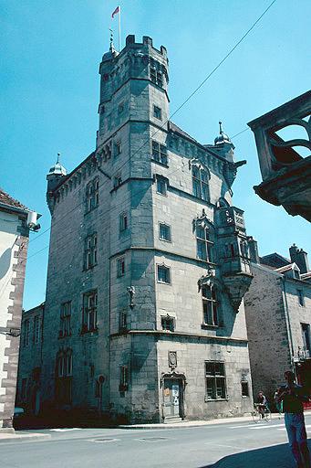 hôtel de ville dit tour des Echevins ou maison carrée