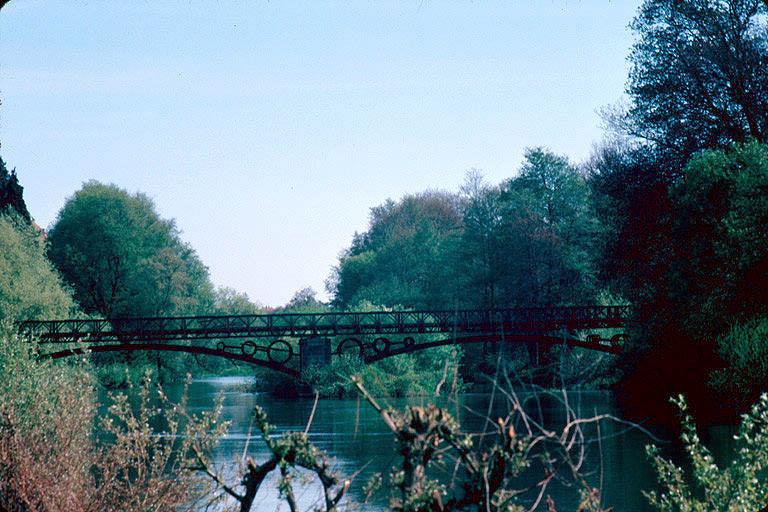 pont métallique sur la rivière la Lanterne