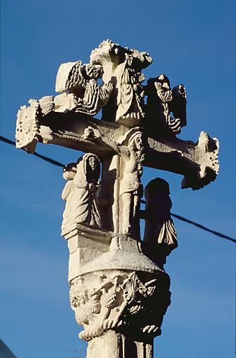 Croix devant l'église