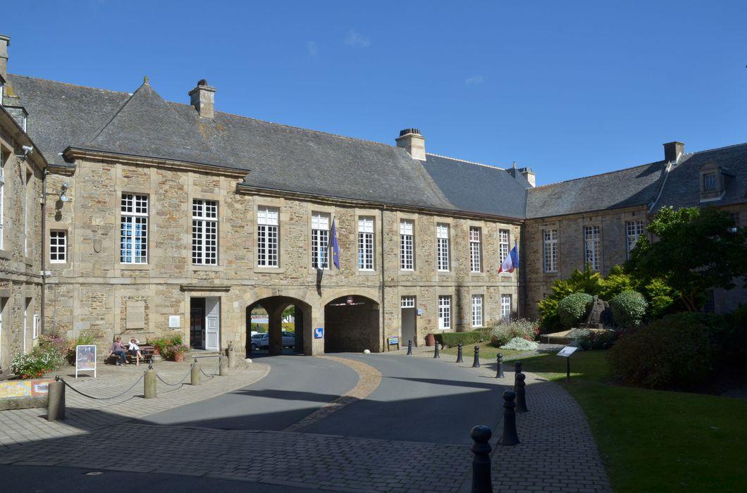 Ancien évêché, actuellement presbytère, mairie et hôtel de ville