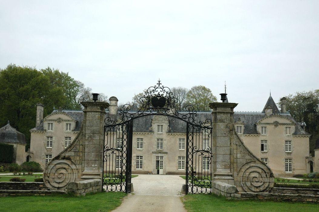 Château de la Ville Der: Grilles d'accès est, vue générale