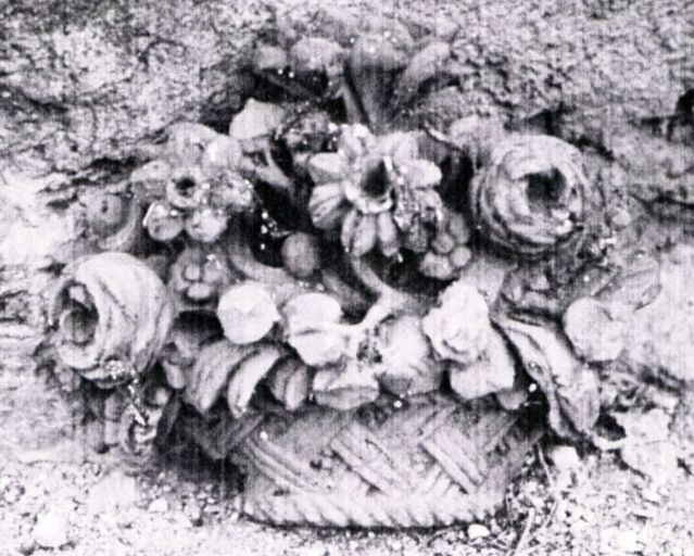 Relief : corbeille de fleurs