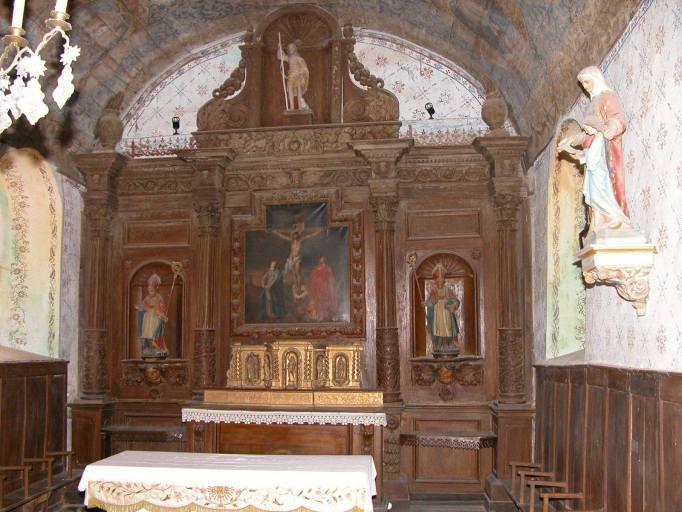 Autel, gradin d'autel, tabernacle à ailes, retable architecturé, tableau d'autel : le Calvaire, 3 statues : deux saints évêques et saint Jean-Baptiste (maître-autel)