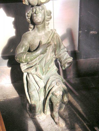 Statue : ange adorateur (au soutènement de la chaire à prêcher)
