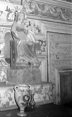 statue : Vierge à l'enfant assise