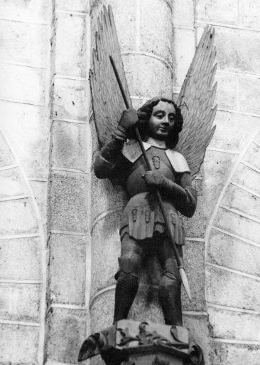 Statue : saint Michel (au sommet de la chaire à prêcher)