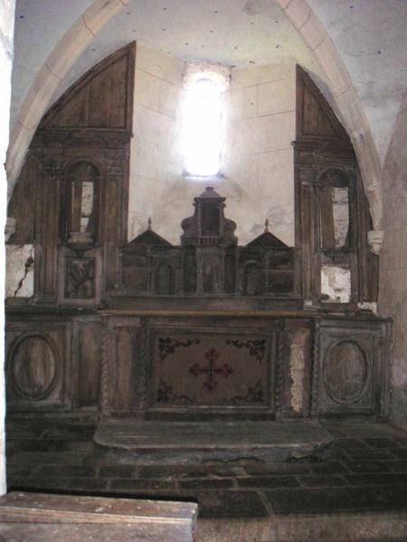 Degré d'autel ; autel ; gradin d'autel ; tabernacle ; exposition à ailerons ; retable (maître-autel)