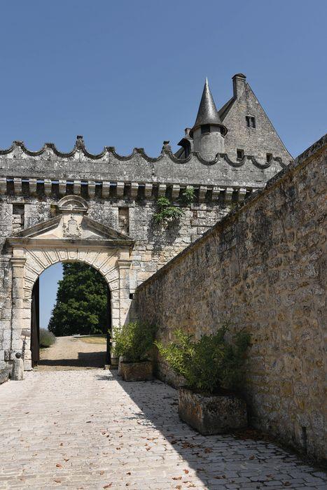 Château: Porche d'accès ouest, vue générale