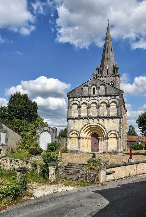 Eglise: Monument funéraire des familles Lajeunie, Warin, Champagne et Papillaud situé dans le cimetière ccontre la façade latérale nord, vue générale