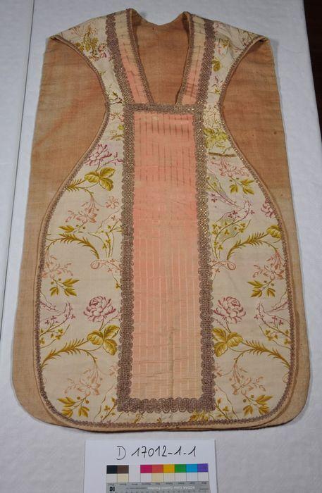 Ornement liturgique n° 21 (intérieur crème, décor fleurs rosées et feuillages d'or) : Chasuble (face)