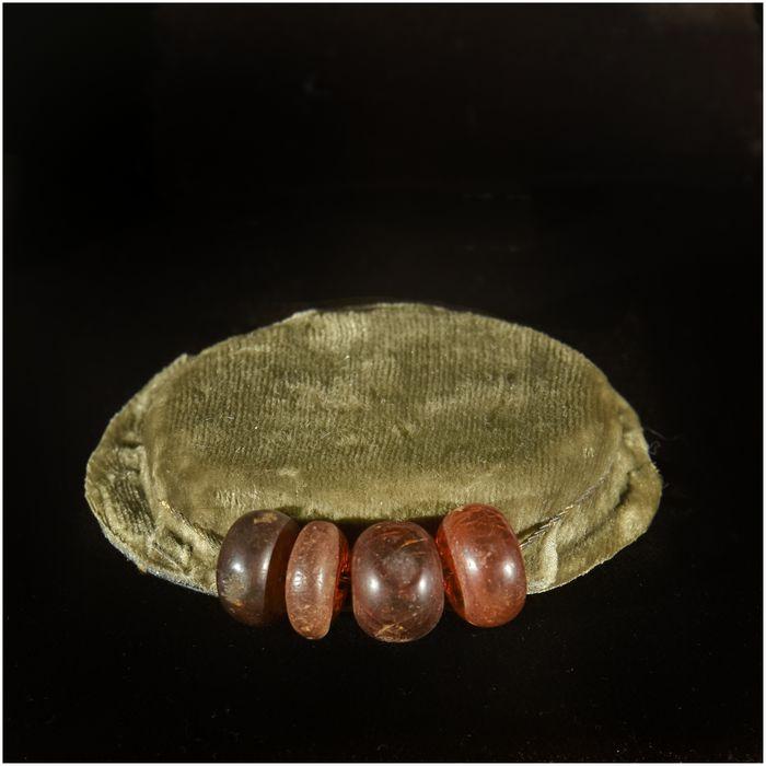 Quatre perles d'ambre